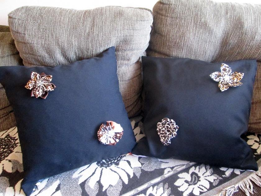 Faça você mesma -Almofadas pretas decoradas com broche- Blog Dikas e diy